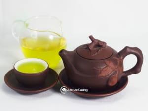Nước trà có màu vàng xanh óng ánh